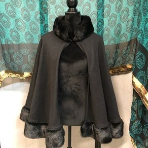 BLACK CAPE WITH FAUX FUR COLLAR AND HEM HOOK CLASP